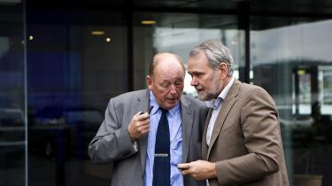 LO's formand, Harald Børsting, og FOA's formand, Dennis Kristensen, fortsatte diskussionerne uden for LO-huset efter gårsdagens møde om regeringens udspil til en lønkommission.