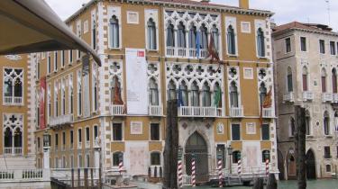 Danmarks store arkitekt Jørn Utzon fyldte 90 år i april. Louisiana har skabt sig en c/o-adresse i Venedig og hylder mesteren med en betagende udstilling i et venetiansk palads fra 1800-tallet