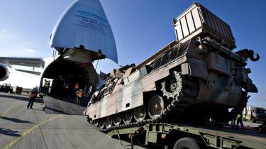 Kampvogne. Det tog en halv krig, før forsvaret kunne besinde sig til at sende fire danske Leopard-kampvogne til Helmand. Ifølge oberst Lars Møller (t.v.) skyldtes det langvarige tovtrækkeri bl.a., at der var kræfter i forsvaret, som ønskede kampvognene sparet væk ved næste forsvarsforlig. De skulle derfor ikke til Helmand og bevise deres værd. Her bliver en af de fire Leoparder afleveret på Kandahar Air Field