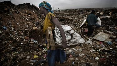 Angola er det næststørste olieproducetende land i Afrika efter Algeriet og Nigeria og tjener milliarder, men alligevel må mange,,, som kvinden her rode på Luandas lossepladser for at finde noget brugbart til livets ophold.