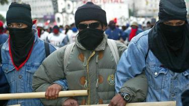 Piqueteros, en argentinsk bevægelse af arbejdsløse fra slummen, protesterer i 2002 over deres økonomiske og sociale forhold ved at blokere byernes centrale indfaldsveje. Ifølge venstrefløjsteoretikeren Michael Hardt er det et eksempel på, hvordan byrummet bruges til at stoppe den kapitalistiske produktion, ligesom industriarbejdere stopper produktionen ved at blokere fabrikken.