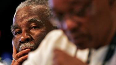 Sydafrikas præsident, Thabo Mbeki (tv.), kigger sin rival Jacob Zuma over skulderen ved en konference i regeringspartiet ANC i december sidste år. Mbeki, der afløste Nelson Mandela som præsident i 1999, er nu trådt tilbage til stor overraskelse og frustration for mange.
