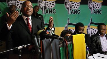 Efter en personstrid kunne ANC-lederen Jacob Zuma (tv) annoncere, at partiets næstformand Motlanthe bliver ny præsident.