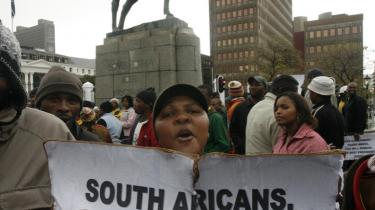 Afsættelsen af præsident Mbeki førte til massive protester uden for parlamentsbygningen i Cape Town. -Vågn op, sydafrikanere. Zimbabwerne vågnede op for sent-, står der på skiltet med henvisning til Zimbabwes præsident Mugabes magtmisbrug.