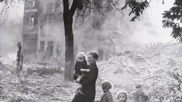 'Middagsfruen' er en både dristig og provokerende fortolkning af den ventende drengs mor, og den er dermed en ganske anderledes roman om den tyske historie og Anden Verdenskrig.