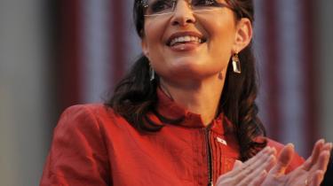 Ventelisten til Sarah Palins brillemodel er oppe på to måneder, og frisører og parykforretninger melder om et enormt salg i Sarah Palin-inspirerede frisurer og parykker.