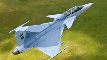 Det svenske kampfly Gripen ser ud til at vinde kapløbet om århundredets offentlige investering, vurderer norske forsvarseksperter. Årsagen er bl.a., at Gripen er væsentligt billigere end det amerikanske Joint Strike Fighter, som Danmark ventes at ville investere i