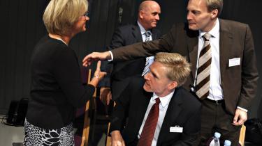 Ved pølsevognen. Udlændinge har ingen rettigheder, blev det atter slået fast, da tøserne og drengene i Dansk Folkeparti dannede kø ved pølsevognen på partiets landsmøde.