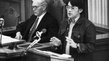 Moses Olsen kom i Folketinget i 1971 og skabte hurtigt dramatik, da han reddede Jens Otto Krags socialdemokratiske regering, da Erhard Jacobsen (S, senere CD) ikke ville støtte nogle boliglove. Her er Moses Olsen på talerstolen i 1973.
