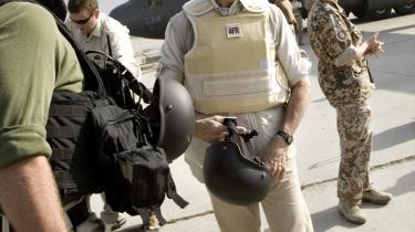 Statsministeren var fornyligt på hemmeligt besøg hos de danske soldater i Afghanistan Anders Fogh Rasmussen. Forsvarsministeriet beskyldes nu for at misinformere om størrelsen på lønnen til de konstabler, som bliver udsendt til Afghanistan.