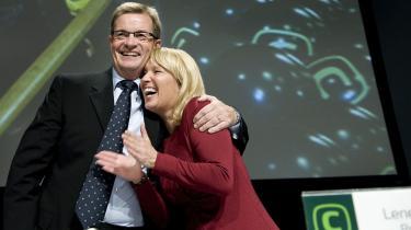De konservatives afgående formand giver efterfølgeren Lene Espersen en krammer på de konservatives landsråd i weekenden, hvor den nye leder blev tiljublet