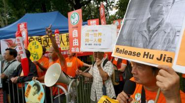Fængslingen af den kinesiske systemkritiker Hu Jia, som er i spil til Nobels fredspris, har fået adskillige af hans sympatisører på gaden i protest.