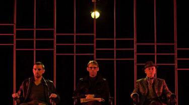 Tre mænd, tre stole, et sofabord og et bur på scenen. Eller er det et bur midt i virkeligheden? Det er det legende spørgsmål i den begavede forestilling -En smule stilhed før stormen- på Husets Teater. Fra venMads Wille, Thomas Mørk, Paul Hüttel
