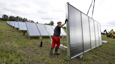 Allerede om få uger indvier Strandby Varmeværk lidt nord for Frederikshavn et stort solvarmeanlæg. 640 solpaneler med et samlet areal på 8.000 kvadratmeter skal fremover forsyne varmeværkets kunder med op mod en fjerdedel af deres varmebehov og samtidig reducere CO2-udledningen med knap 1.500 ton pr. år.