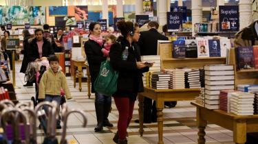 Det amerikanske bogmarked svømmer over af bøger, hvis omslag er plastret til med begejstrede anbefalinger fra berømte forfatterkolleger. Superlativerne er forudbestilt af forlagene for at højne salgstallene, og nu er de såkaldte blurbs også nået til Danmark.