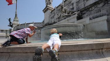 Børn er ved at blive en mangelvare i Italien. En del af forklaringen er den store andel af kvinder på arbejdsmarkedet, hvor graviditet ikke ligefrem betragtes som karriere-fremmende. Desuden er der stor mangel på institutionspladser.