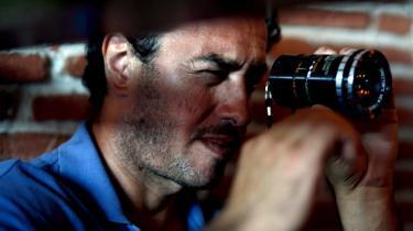 Nedefra. Vi ville skildre Camorraens virkelighed, som den ser ud for dem, der befinder sig nederst i hierarkiet, fortæller filminstruktøren Matteo Garrone, der har lavet den roste film 'Gomorra' om den napolitanske afart af den italienske mafia.