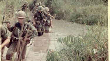 Budskaber. I DR2's dokumentarserie om Vietnam-krigen tages et arsenal af professionelle fortælletricks i brug. Ballademagerne i Ishøj anvender anderledes kontante midler.