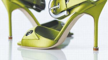 Stiletten har været lagt for had i flere perioder i historien. Så hvad er det egentlig, der er sket, når tårnhøje hæle nu er blevet fetich for den vestlige verdens kvinder? Har de fået mere lyst til stiletter end til mænd?