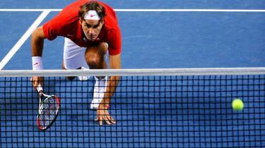 Han svævede over græsset med en lethed uden lige, men nu har letheden fundet et leje for tennisfænomenet Roger Federer. Sådan lyder analysen fra tidligere topspiller Torben Ulrich, der her på sin 80-års fødselsdag fortæller om en tennisverden, der er blevet 'komisk i sin alvor', men stadig kan begejstre