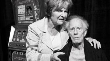 På Bent Hallers plejehjem kan man være heldig at trække sovepiller eller Viagra, men lykkepillerne kan man ikke undgå. Her prøver den 71-årige Grethe Mogensen at trøste den 83-årige Cay Kristiansen.