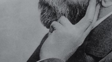 De fleste modtagere af Nobels fredspris siden Anden Verdenskrig burde aldrig have fået prisen. Den er nemlig blevet givet på et forkert grundlag og i strid med Alfred Nobels retsligt bindende testamente, hævder den norske forfatter Frederik Heffermehl i en ny bog. Jurister bakker forfatteren op