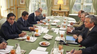 Den franske præsident, Nicolas Sarkozy, (anden fra venstre) mødtes i går med Belgiens premierminister, Yves Leterme (anden fra højre), og andre ministre fra den belgiske regering i Paris for at diskutere, hvordan EU skal håndtere den voksende globale finanskrise.