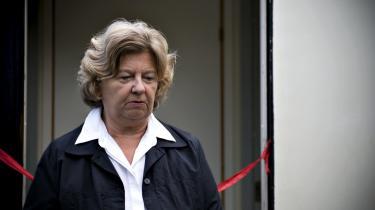 Birthe Rønn Hornbech bakkes op af statsminister Anders Fogh Rasmussen, mens oppositionen kræver hendes afgang efter kritik fra ombudsmanden i en sag om familiesammenføring.