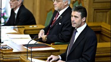 Finanskrisen kan blive udslagsgivende for næste valg, vurderer Foghs tidligere rådgivere. Statsministeren klandres samtidig for at optræde som en gammel mand
