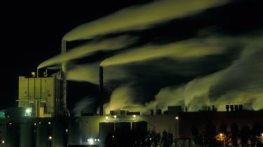 EU-Parlamentets miljøkomité bakkede i går op om Kommissionens udspil om, at både EU-s elselskaber og tunge industrier skal betale for de CO2-kvoter, de får i EU-s eget kvotesystem. Elselskaberne fra 2013, og industrierne gradvist frem mod fuld betaling i 2020