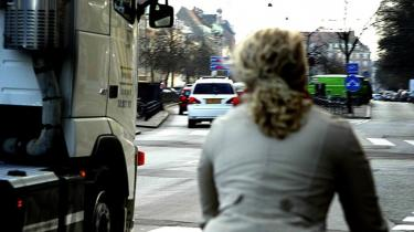 11 cyklister er i år blevet dræbt af højresvingende lastbiler. Den danske havarikommission har længe krævet gennemsigtige døre i højre side af lastbilerne og lavere placering af chaufføren, men forslaget er uden chance i EU. Bilindustrien blokerer, siger Færdselsstyrelsen
