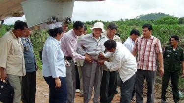 Khieu Samphan (i midten) er en af lederne af De Røde Khmerer, som står anklaget for krigsforbrydelser. Han blev anholdt 19. november 2007.