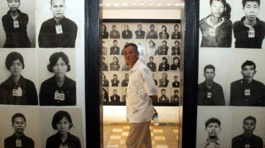 Fem aldrende ledere af Cambodjas rædselsregime, De Røde Khmerer, venter stadig på at komme for retten. De var i slutningen af halvfjerserne ansvarlige for drabene på omkring to millioner mennesker - her et lille udpluk af ofrene på et museum i Phnom Penh.
