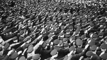 Adolf Hitler hilses af det tyske folk. Takket være sin enestående og urokkelige fanatisme, sit brændende had og sine betydelige talegaver var denne forskruede dagdriver fra Wien nær endt som Europas enehersker.
