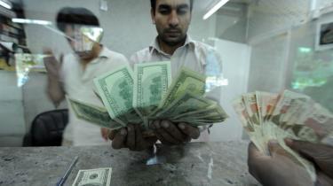 Inflationen er det tydeligste symptom på den værste økonomiske krise i Pakistan i det sidste årti. Krisen blev udløst for ni måneder siden som følge af de stigende oliepriser på verdensplan og er siden blevet forværret af en bølge af bombninger, som har fået pakistanske og udenlandske investorer til at foretrække fredeligere egne