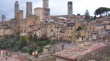 San Gimignanos strittende tårne giver byen udseende af et arkitektonisk pindsvin. Og dog er der kun 14 tårne tilbage. Engang var der 72 til at bære vidnesbyrd om den falliske besættelse, der havde grebet byens middelalderlige klanoverhoveder, for hvem prestige frem for alt var et spørgsmål om høje tårne.