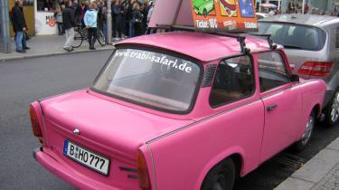 I Berlin kan man leje en Trabi og -drøne- på byrundfart - hvis man altså tør.