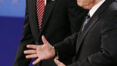 -Man må erindre, at McCain trods hans mangler er en krigshelt. Han gør en bemærkelsesværdig skikkelse på scenen med sine akavede gang. Han er den hvideste præsidentkandidat, jeg nogensinde har set i mit liv. Kontrasten til Obamas mørke hudfarve kunne næppe være større-, lyder det fra forfatter og lektor Mark Danner, der diskuterer valgkampen i en biograf i universitetsbyen Cambridge.