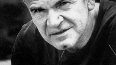 Moralsk dobbeltspil? Anklagerne om, at den tjekkiske forfatter Milan Kundera i sin ungdom forrådte en vestlig agent til det kommunistiske statspoliti kan formindske hans moralske anseelse som en talsmand imod totalitarismens tæring på hverdagslivet, skriver New York Times-skribenten Rachel Donadio.