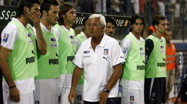 Rekordjagt. Italiens fodboldlandstræner, Marcello Lippi, tangerede i denne uge legendariske Vittorio Pozzos rekord på 30 kampe i træk uden nederlag. Hvis han også - som Pozzo - skal vinde to VM-slutrunder i træk, kræver det nok en del udskiftninger på holdet.
