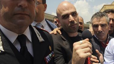 I de seneste to år har Roberto Saviano (i midten) levet under politibeskyttelse. Nu har forfatteren valgt at forlade sit hjemland, Italien.