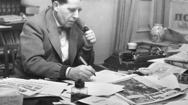 Børge Outze skrev omkring 5.000 ledere - eller spidser - i Information, men der er ikke skrevet meget om Outze. Indtil nu, hvor Outze portrætteres i velskrevet, dramatisk og underholdende biografi, mener Hans Engell.