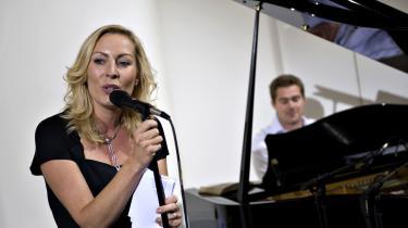 Cecilie Beck og Johannes Langkilde underholdt på Kvægtorvet i Odense, da TV2 for nyligt fejrede 20-års fødselsdag. I dag er der ikke meget at fejre for stationen, som risikerer at gå konkurs, hvis politikerne ikke hurtigt kommer op med en løsning