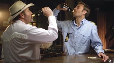 I Skarrild duellerer man ikke med skydevåben, men om hvem der kan bælle flest guldøl og 'svin' på den lokale.Det er morsomt og sortsynet som i en film af Coen-brødrene.