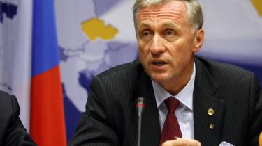 Tjekkiets premierminister, Mirek Topolanek, og hans centrum-højre regering vil ikke kunne komme igennem parlamentet med upopulære økonomiske indgreb, der skal styrke landets muligheder for at blive optaget i euroen, mener Søren Riishøj.