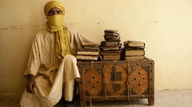 Timbuktus manuskripter har i århundreder ligget gemt i trækister eller gravet ned i ørkensandet. På den måde har de overlevet røvere, brand, oversvømmelse og diverse koloni- og besættelsesmagters hærgen. Først de sidste fem-10 år er hundredtusindvis af manuskripter og bøger for alvor er begyndt at dukke op.