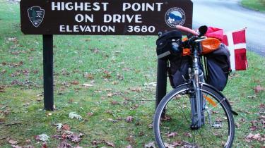 Allerede i Shenandoah-nationalparkens -Skyline-Drive- kommer man op i en højde af 3.680 fod - 1.230 meter. Sidenhen, på Blue Ridge Parkway, bliver det vildere - op og ned.