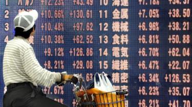 Med udsigten til forventede rentesænkninger i USA og Japan fik aktiemarkederne onsdag flere kræfter. Tokyos Nikkei-indeks var ved lukketid onsdag steget med hele 7,74 procent