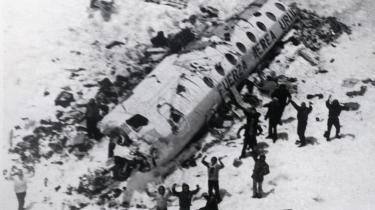 Katastrofefilm er en af Hollywoods veletablerede genrer. Men ligesom fiktion sjældent kan overgå virkeligheden, kan de færreste spillefilm måle sig med Gonzalo Arijóns dokumentarfilm 'Stranded', hvor de overlevende fra et flystyrt i Andesbjergene i 1972 for første gang står frem og fortæller deres historie
