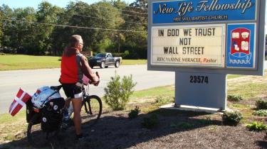 Foran en hvid baptistkirke i Georgia-byen States-boro iagttager Informations cyklende medarbejder en lystavle med ordene: -Vi tror på Gud - ikke på Wall Street.- Præsten i kirken hedder - mirakuløst nok - Wayne Miracle.